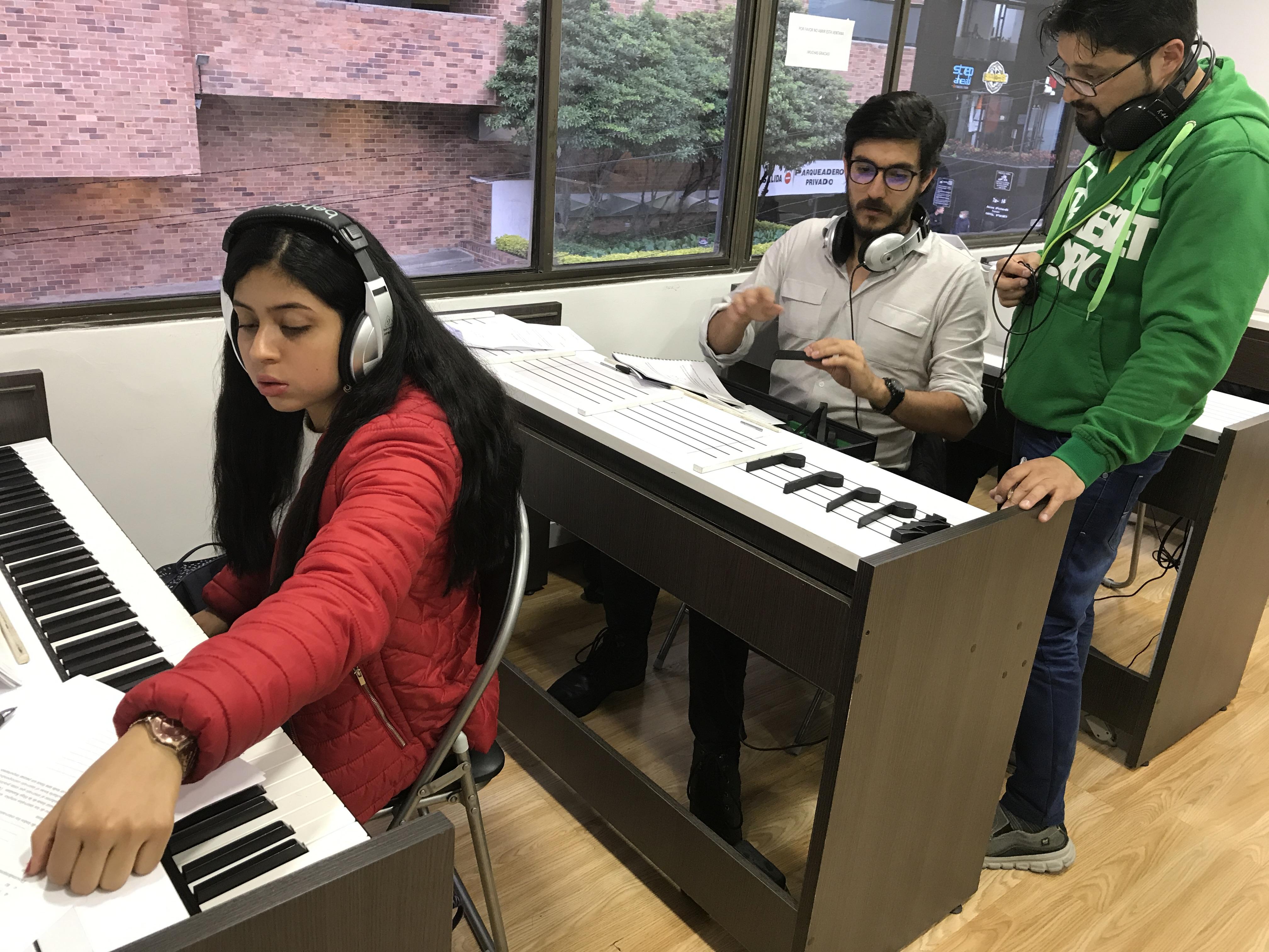 estudiantes frente a teclado aprendiendo notas musicales en academia musical TUTEMPO