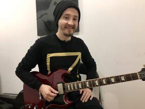 Javier Caicedo, profesor de guitarra en academia musical TUTEMPO