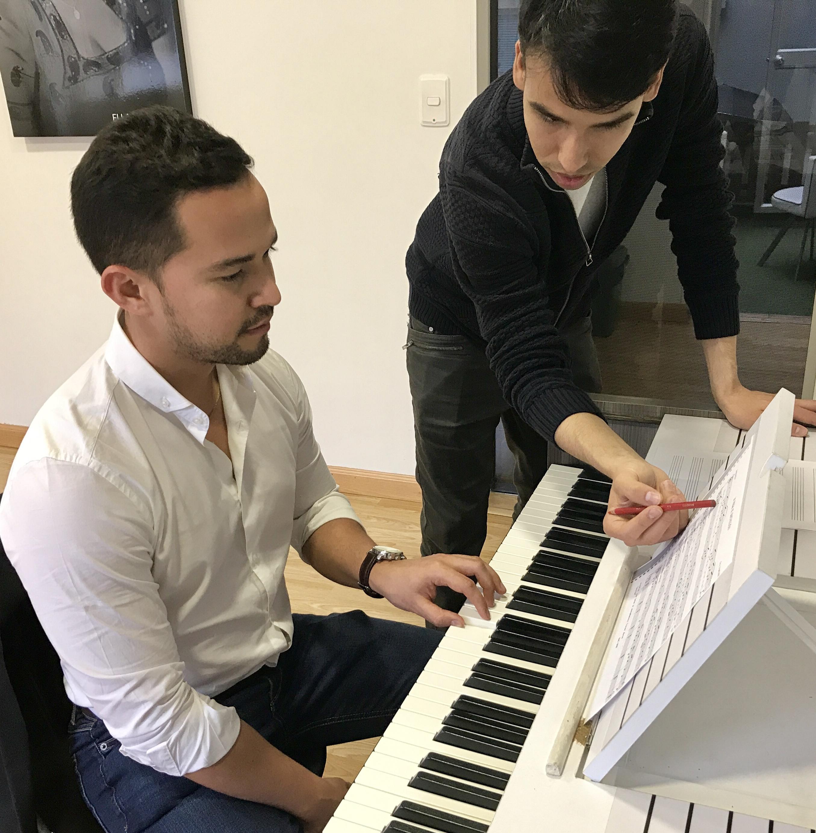 hombre recibiendo clase de piano en academia musical TUTEMPO