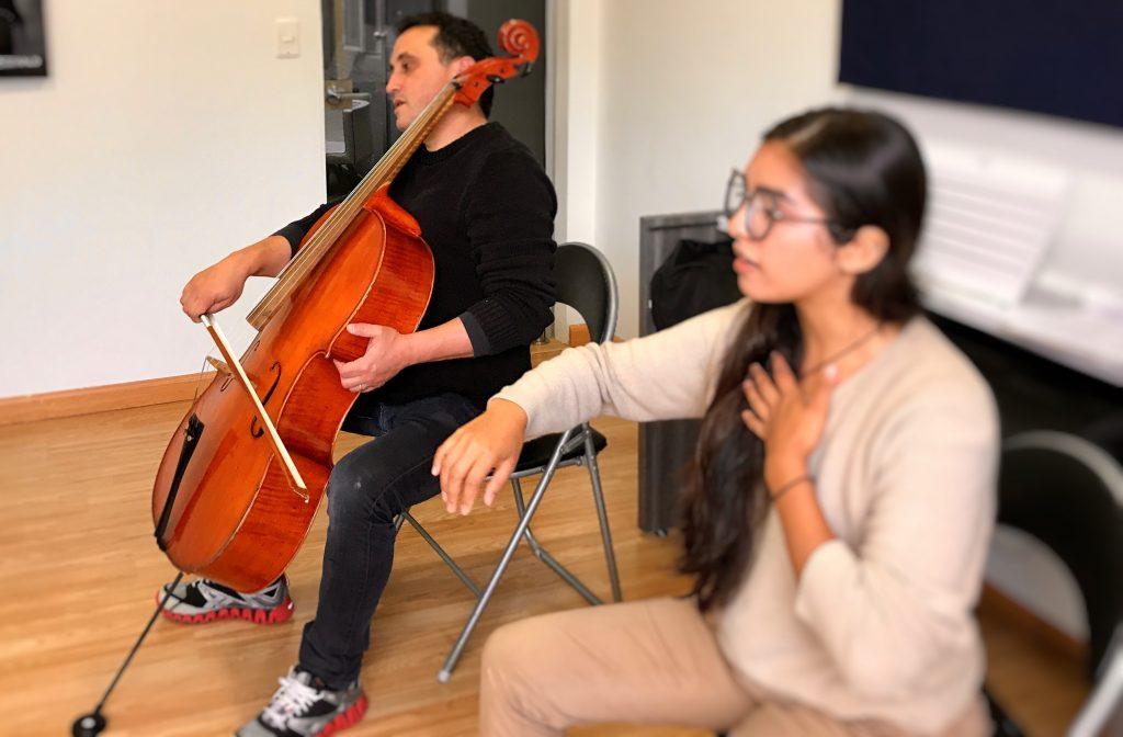 profesora dando instrucciones a estudiante de cello en academia musical TUTEMPO