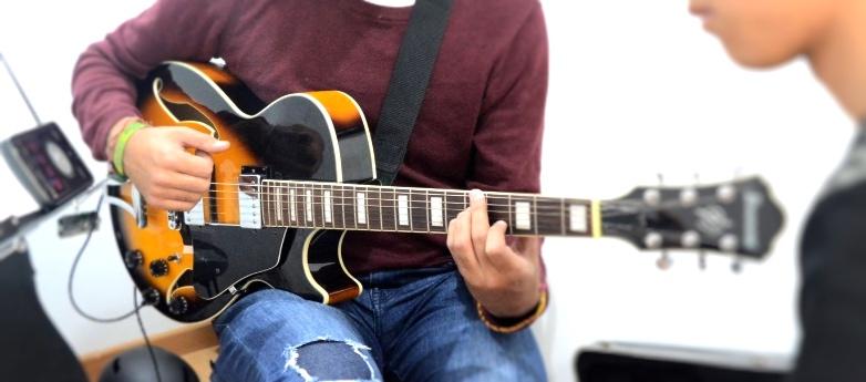 clase de guitarra en academia musical TUTEMPO