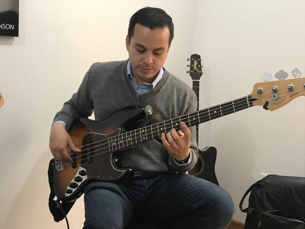 profesor de bajo en academia musical TUTEMPO