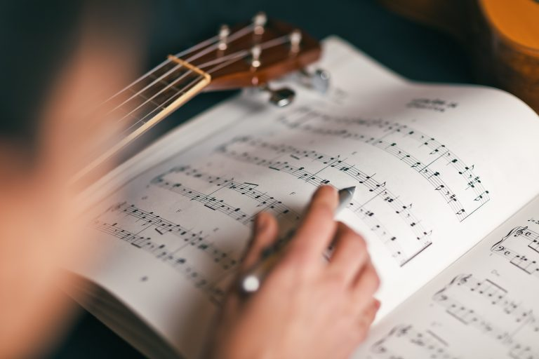 persona estudiando partitura