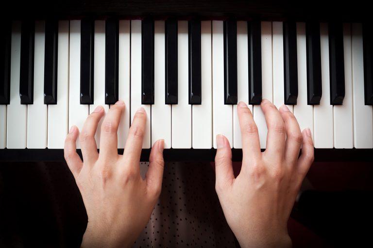 manos sobre teclado