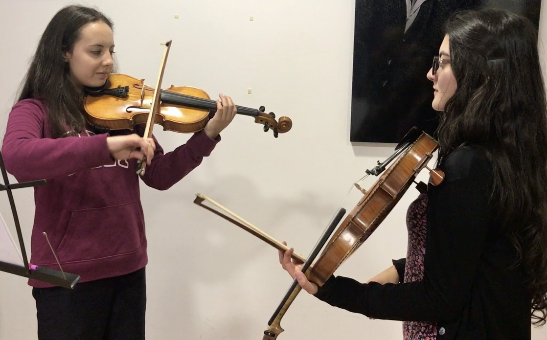 profesora y estudiante en clase de violín en academia musical TUTEMPO