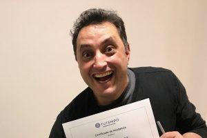 Andres Lopez recibiendo certificado por terminar curso en academia musical TUTEMPO