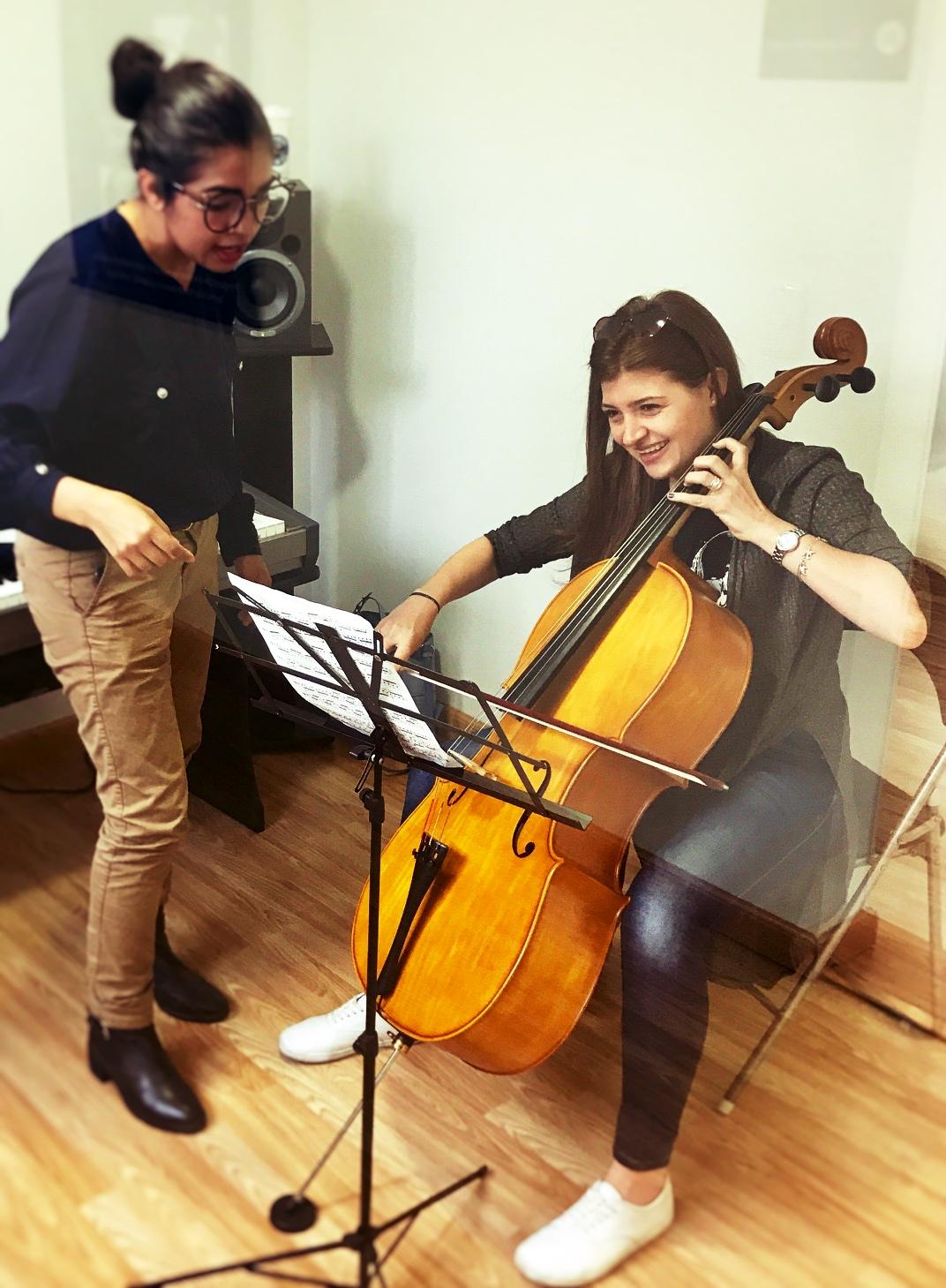 estudiante de cello recibiendo instrucciones de profesora en academia musical TUTEMPO