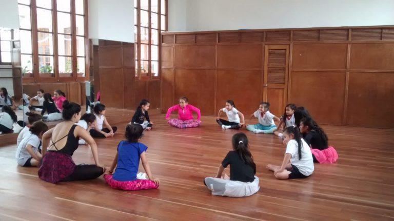 profesora y niñas en clase de ballet en TUTEMPO academia musical
