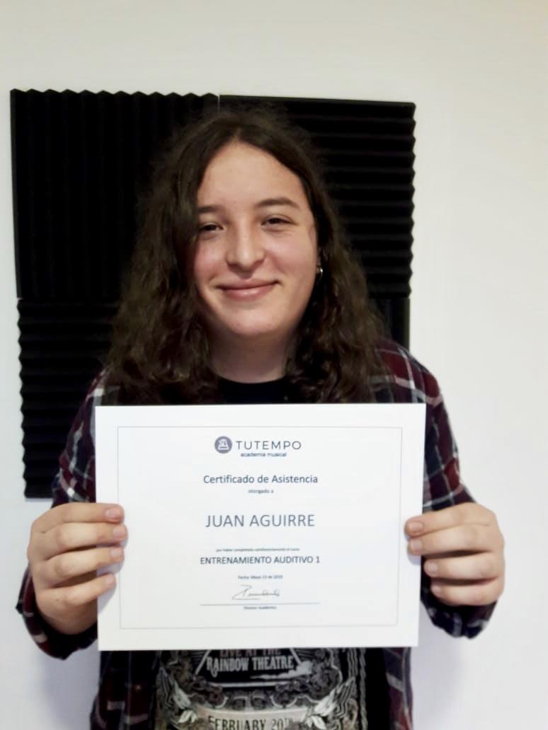 estudiante recibiendo diploma en TUTEMPO academia musical