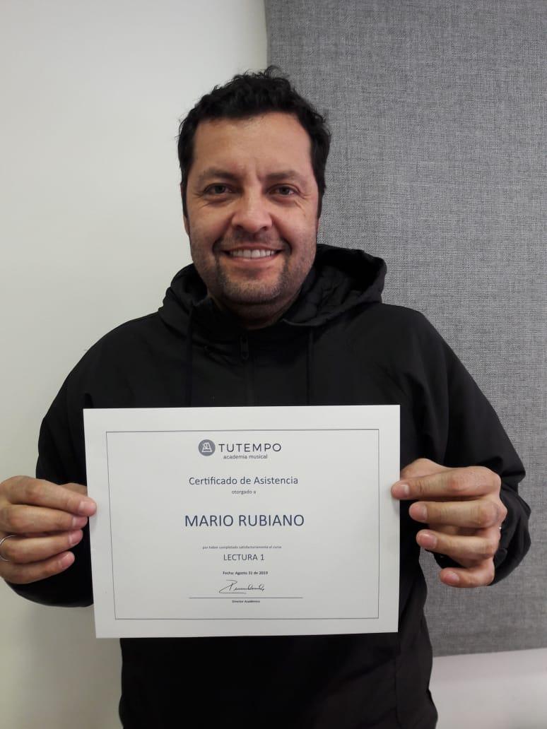 Mario, obteniendo certificado de curso en TUTEMPO academia musical