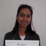 Angélica, estudiante recibiendo certificado en TUTEMPO academia musical