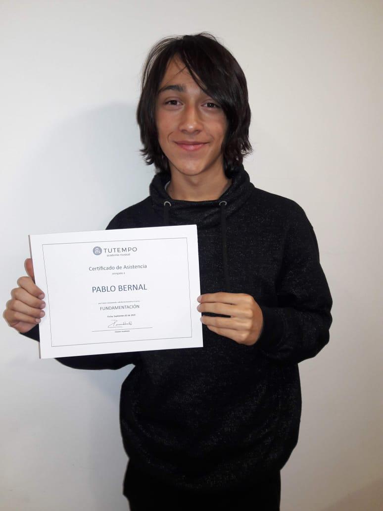 Pablo, estudiante recibiendo certificado en TUTEMPO academia musical