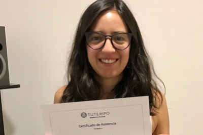 estudiante recibiendo certificado en academia musical TUTEMPO
