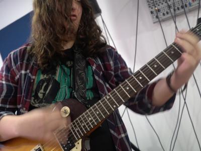 estudiante tocando guitarra eléctrica en TUTEMPO academia musical