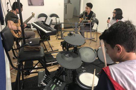 jovenes recibiendo clase de ensamble musical en academia musical TUTEMPO