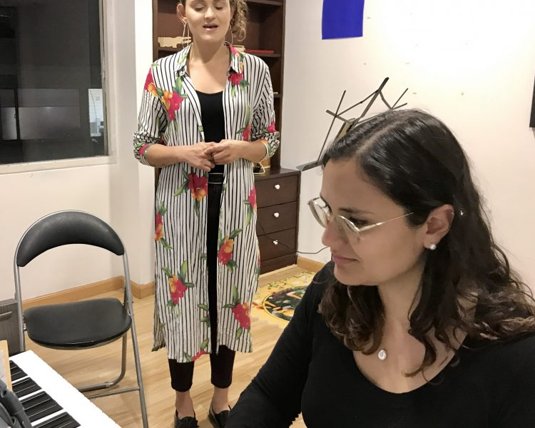 maestra acompañando a estudiante en clase de canto en academia musical TUTEMPO