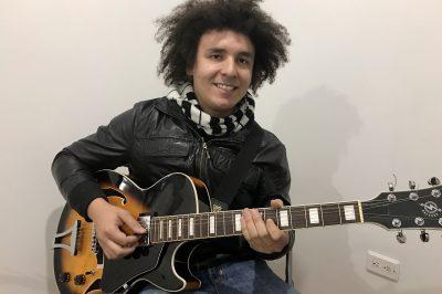 Fabio Chaves, profesor de guitarra en academia musical TUTEMPO