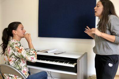 joven recibiendo clase de canto en academia musical TUTEMPO