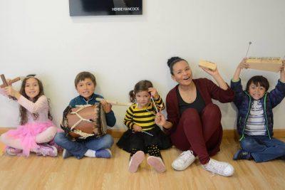 niños de clase de música y profesora en academia musical TUTEMPO