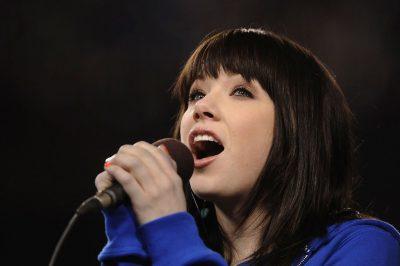 Mujer cantando con micrófono