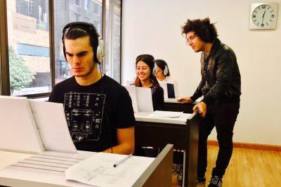 jovenes estudiando musica en clase en academia musical TUTEMPO