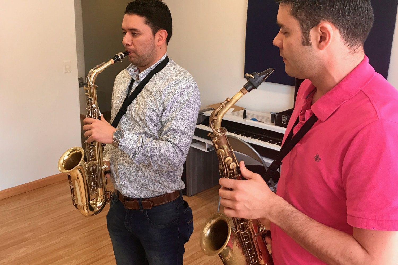 profesor y estudiante de saxofon en clase en academia musical TUTEMPO