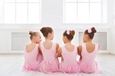 niñas estudiantes de ballet descansando