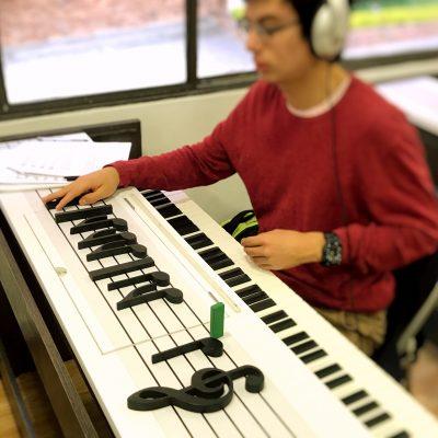 estudiante aprendiendo notas musicales en academia musical TUTEMPO